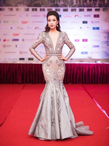 Hoa hau Do My Linh lien tuc khoe vong eo con kien goi cam - Anh 4