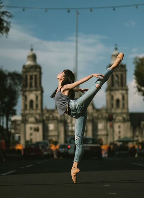 Ballet tren duong pho Mexico - thong diep gui Trump - Anh 10