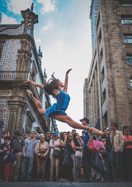 Ballet tren duong pho Mexico - thong diep gui Trump - Anh 9