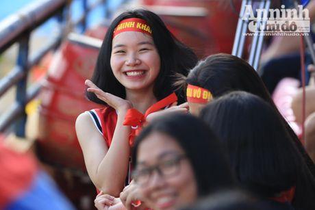 Khoanh khac cac co dong vien - nu sinh hut hon tren san Hang Day - Anh 10