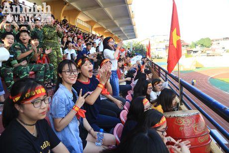 Khoanh khac cac co dong vien - nu sinh hut hon tren san Hang Day - Anh 1