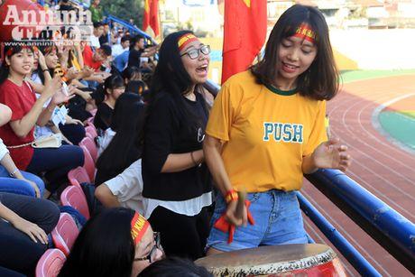 Khoanh khac cac co dong vien - nu sinh hut hon tren san Hang Day - Anh 3