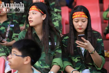 Khoanh khac cac co dong vien - nu sinh hut hon tren san Hang Day - Anh 4