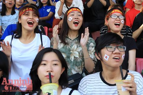 Khoanh khac cac co dong vien - nu sinh hut hon tren san Hang Day - Anh 6