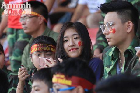 Khoanh khac cac co dong vien - nu sinh hut hon tren san Hang Day - Anh 9