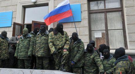 Ukraine 'bat coc' 2 binh si Nga tai Crimea - Anh 1