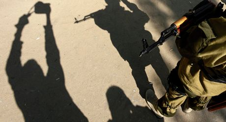 Dien Kremlin len tieng viec Ukraine 'bat coc' binh si o ban dao Crimea - Anh 1