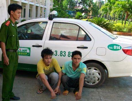 Canh giac voi toi pham cuop taxi - Anh 1