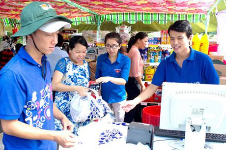 Chuan bi hang hoa cho Tet Dinh Dau: Dua hang Viet toi tay cong nhan - Anh 1