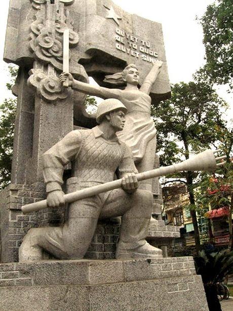 Co hoi duoc mac trang phuc cua quan dan Ha Noi thoi 1945 – 1954 chup anh - Anh 1