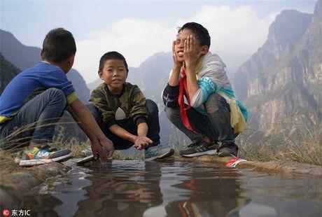 Hoc sinh Trung Quoc leo thang thep vuot vach da den truong - Anh 9