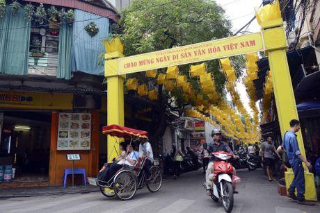 Nghin guong quay to vang tren pho di bo Ha Noi - Anh 1