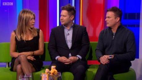 Jennifer Aniston 'va mieng' ve do choi tinh duc truoc mat tre khuyet tat - Anh 1