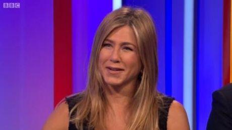 Jennifer Aniston 'va mieng' ve do choi tinh duc truoc mat tre khuyet tat - Anh 2