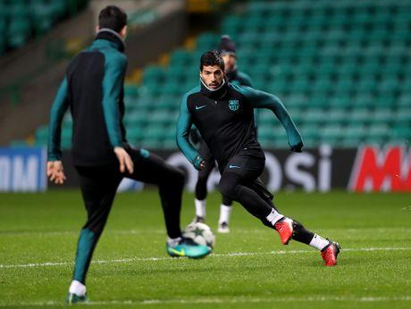 Gerard Pique hoa ninja, Messi tu suoi am tren san tap truoc tran gap Celtic - Anh 10