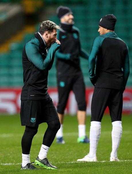 Gerard Pique hoa ninja, Messi tu suoi am tren san tap truoc tran gap Celtic - Anh 5
