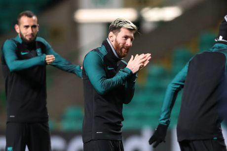 Gerard Pique hoa ninja, Messi tu suoi am tren san tap truoc tran gap Celtic - Anh 7
