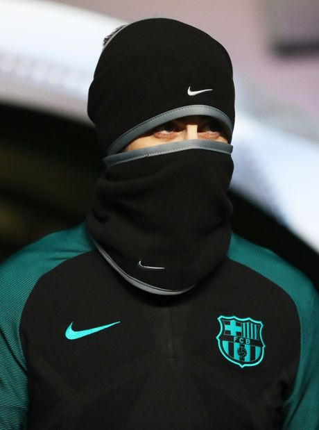 Gerard Pique hoa ninja, Messi tu suoi am tren san tap truoc tran gap Celtic - Anh 8