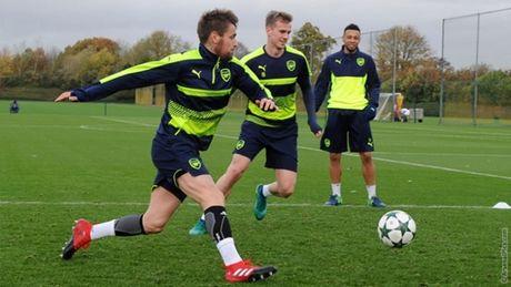 Chum anh: Nguoi thua Debuchy tro lai, Arsenal quyet chien PSG - Anh 1