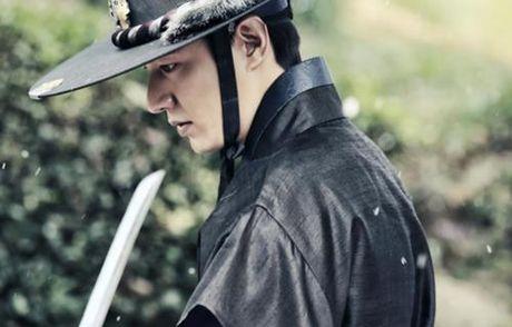 """Huyen thoai bien xanh"" tiet lo hinh anh Lee Min Ho mac co trang chien dau - Anh 4"