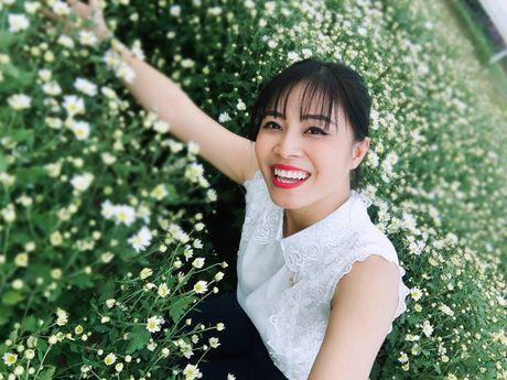 MC Hoang Linh xinh dep giua vuon cuc hoa mi - Anh 1