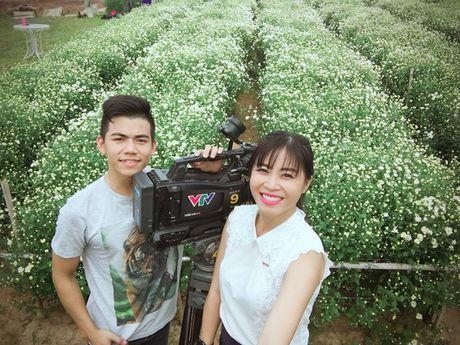 MC Hoang Linh xinh dep giua vuon cuc hoa mi - Anh 5