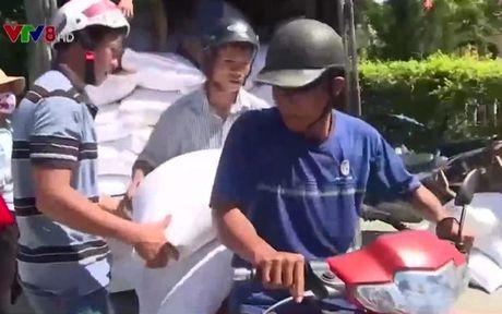 TT-Hue: Gan 800 tan gao ho tro nguoi dan sau su co moi truong - Anh 1