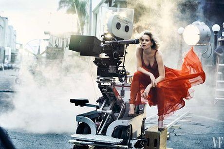 Jennifer Lawrence khoe than hinh hoan hao tren Vanity Fair - Anh 1