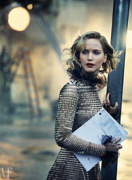 Jennifer Lawrence khoe than hinh hoan hao tren Vanity Fair - Anh 4