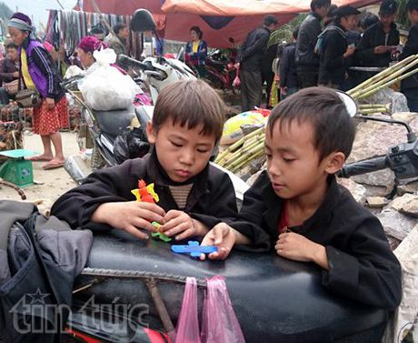 """Sac mau phien """"cho lui"""" Pho Cao - Anh 4"""