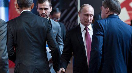 Putin-Obama: Bat tay ho hung nhung long co 'hung ho' - Anh 1
