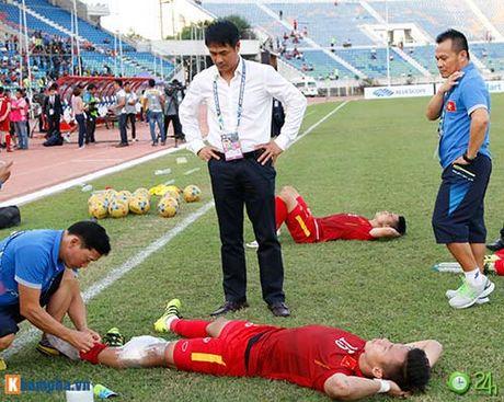 HLV Huu Thang & Cong Vinh to cau thu Malaysia da lao - Anh 10