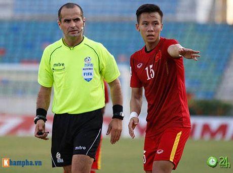 HLV Huu Thang & Cong Vinh to cau thu Malaysia da lao - Anh 2