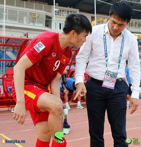 HLV Huu Thang & Cong Vinh to cau thu Malaysia da lao - Anh 5