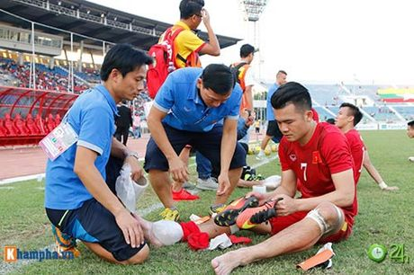 HLV Huu Thang & Cong Vinh to cau thu Malaysia da lao - Anh 8