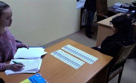 Nu giao vien Ukraine bi bat qua tang ban hoc sinh voi gia 10.000 USD - Anh 2