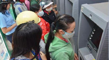 Nguoi dan phai 'cong' nhieu khoan phi khi dung the ATM - Anh 1