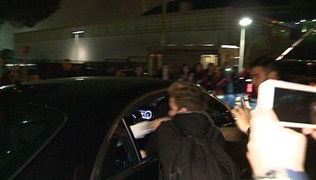 Justin Bieber dam fan chay mau mieng tren duong luu dien - Anh 2