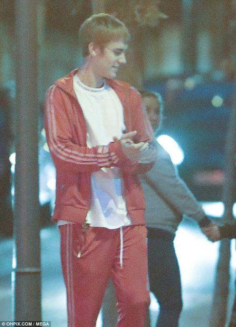Justin Bieber dam fan chay mau mieng tren duong luu dien - Anh 6