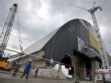 Khoi thep khong lo nang 36 nghin tan chup lo phan ung nguyen tu Chernobyl - Anh 1