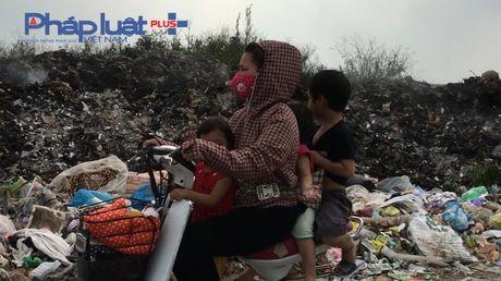 Bac Ninh: Kinh hoang bai rac ven duong lien ke tram bien the - Anh 1