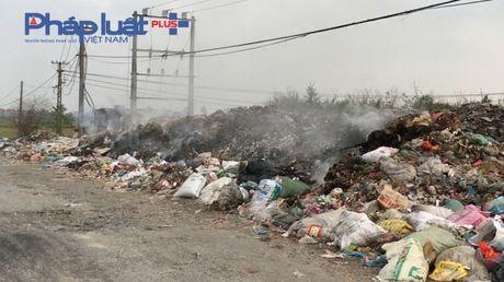 Bac Ninh: Kinh hoang bai rac ven duong lien ke tram bien the - Anh 3