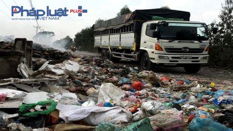 Bac Ninh: Kinh hoang bai rac ven duong lien ke tram bien the - Anh 4