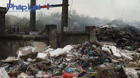 Bac Ninh: Kinh hoang bai rac ven duong lien ke tram bien the - Anh 6