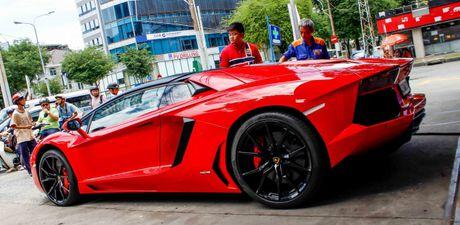 Sieu Lamborghini Aventador Roadster nao loan Sai Gon khi do xang - Anh 1