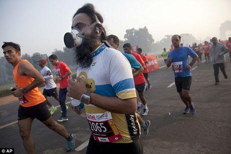 Chay marathon tai An Do phai deo mat na phong doc - Anh 1
