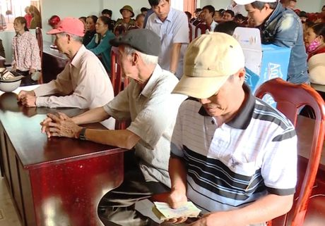 Ngu dan Quang Binh nhan tien boi thuong va tiep tuc vuon khoi - Anh 1