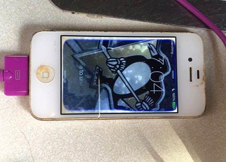 iPhone 4 ngam mot nam duoi ho van song sot - Anh 2