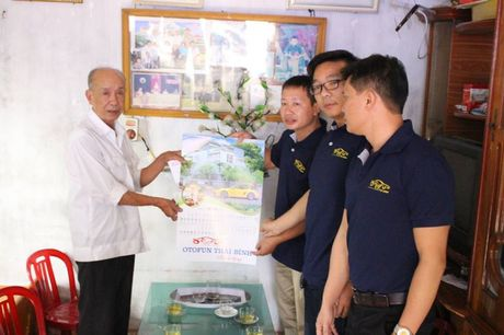 Thai Binh: Ban ATGT tinh va CLB Otofun tham hoi nan nhan TNGT - Anh 2