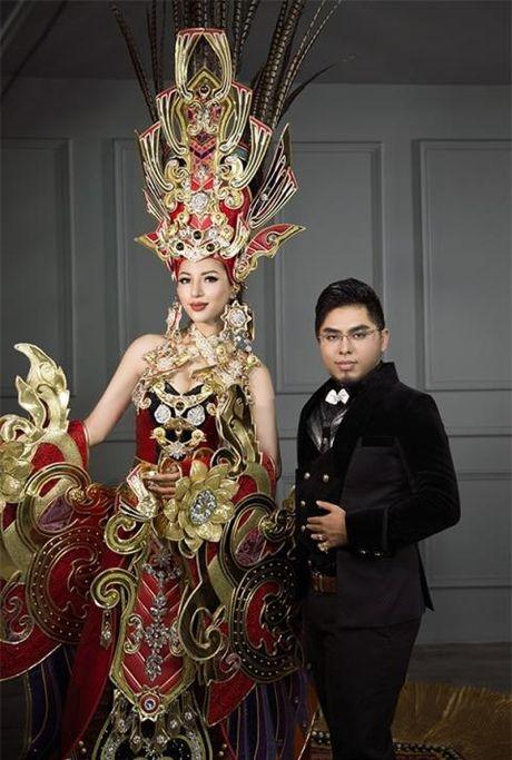 Trang phuc dan toc nang 44kg cua Sieu mau Kha Trang bi 'nem da' - Anh 2